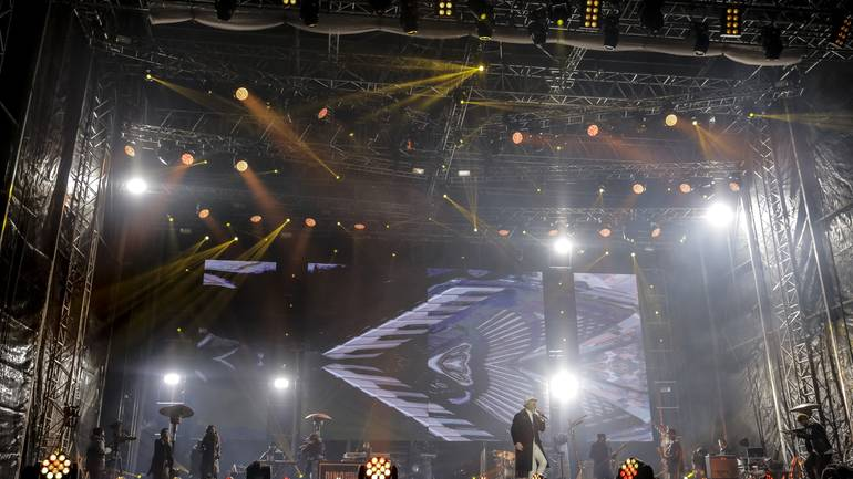 Veselo i uz spektakularan vatromet hiljade građana i posjetilaca Sarajeva dočekali su Novu 2017. godinu na Trgu Bosne i Hercegovine, gdje su posljednje sekunde 2016. odbrojavali uz regionalnu muzičku zvijezdu Dinu Merlina ( Samir Yordamoviç - Anadolu Agency )